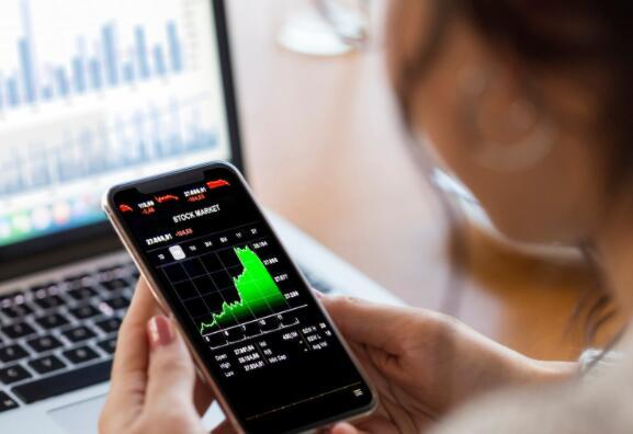 这三只股票是市场上波动最大的股票之一